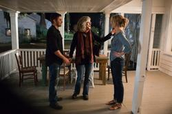 Zac Efron, Taylor Schilling (re.), Blythe Danner