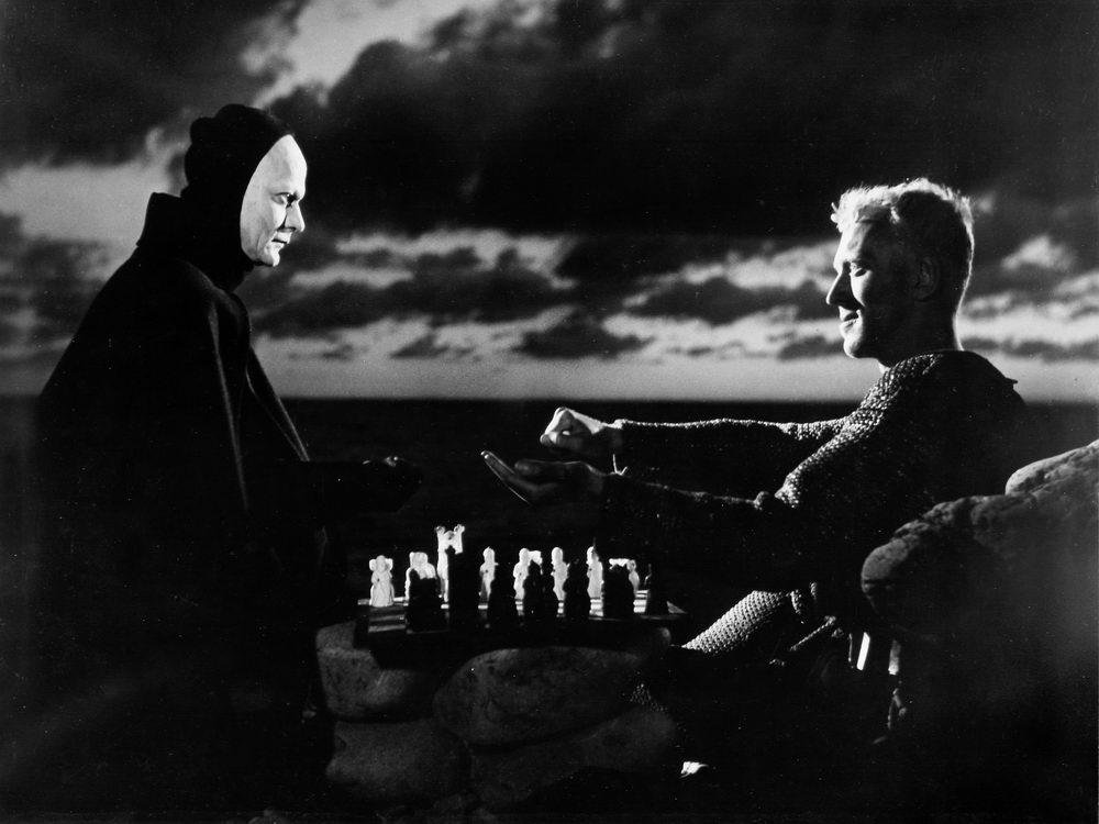 """Ikonisch: Max von Sydow als Ritter beim Schachspiel mit dem Tod in """"Das siebente Siegel"""" (©Studiocanal)"""