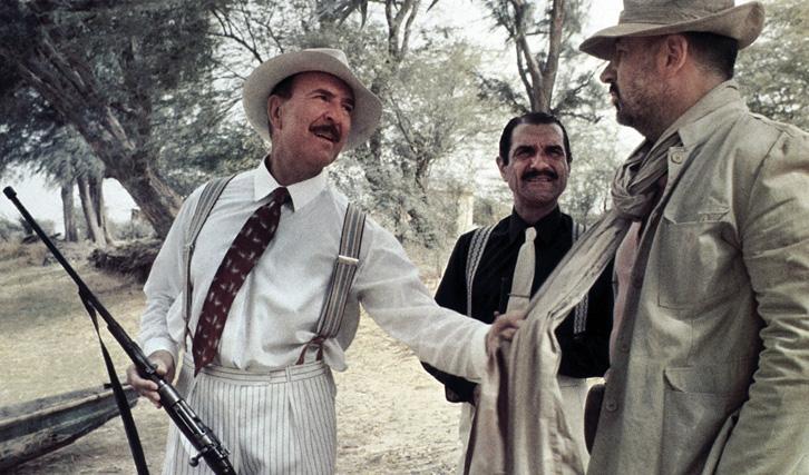 """Die böse Kolonialsatire """"Der Saustall"""" erzählt vom Rachefeldzug eines gedemütigten Polizisten (© Concorde)"""