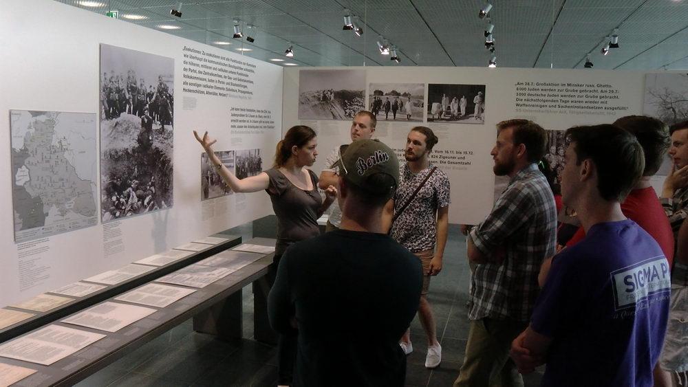 """Die Historikerin Adi Kantor bei einer Führung durch die """"Topographie des Terrors""""-Ausstellung"""