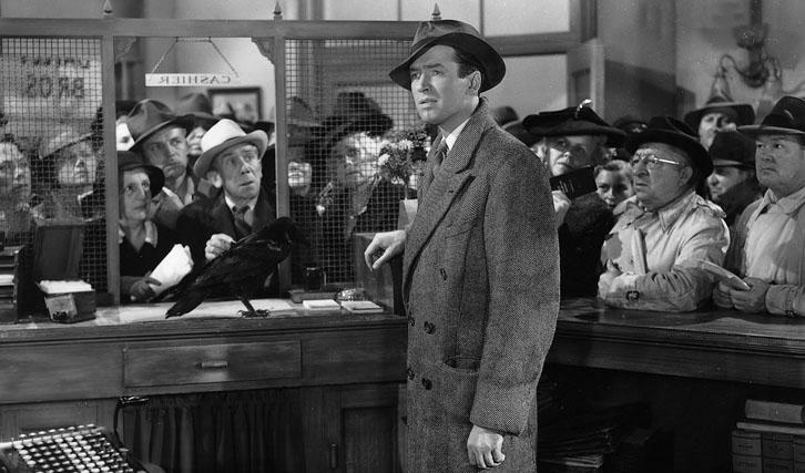 Die Lage scheint zwischendurch aussichtslos, doch glücklicherweise hat George Bailey (James Stewart) einen guten Schutzengel