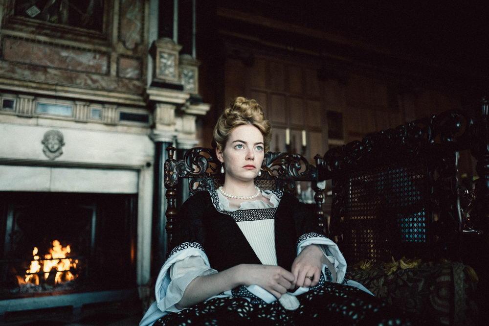"""Die junge Hofdame Abigail (Emma Stone) nimmt in """"The Favourite"""" eine Wartestellung ein."""