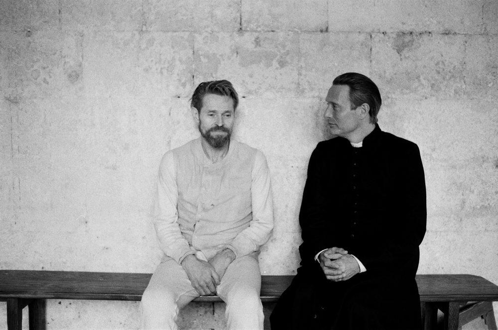 Der Künstler und der Priester: Willem Dafoe und Mads Mikkelsen