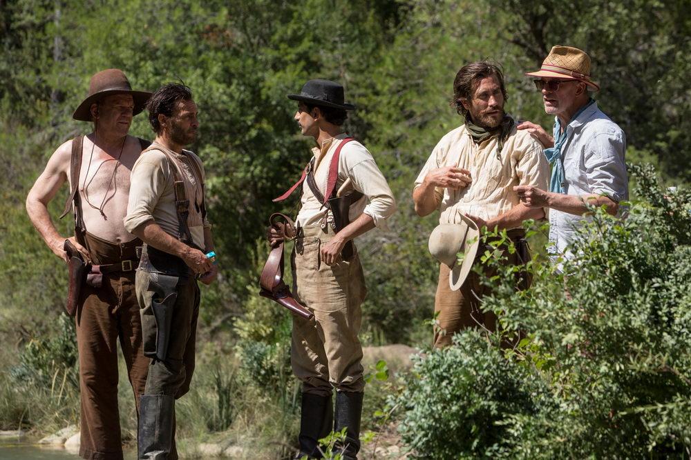 "Am Set von ""The Sisters Brothers"": Jacques Audiard (rechts) mit seinen Darstellern John C. Reilly, Joaquin Phoenix, Riz Ahmed und Jake Gyllenhaal"
