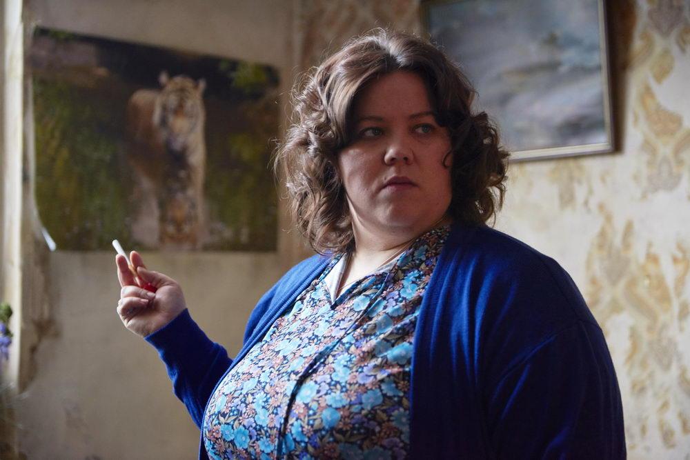 """Billinghams Mutter Liz, in """"Ray und Liz"""" dargestellt von Ella Smith"""