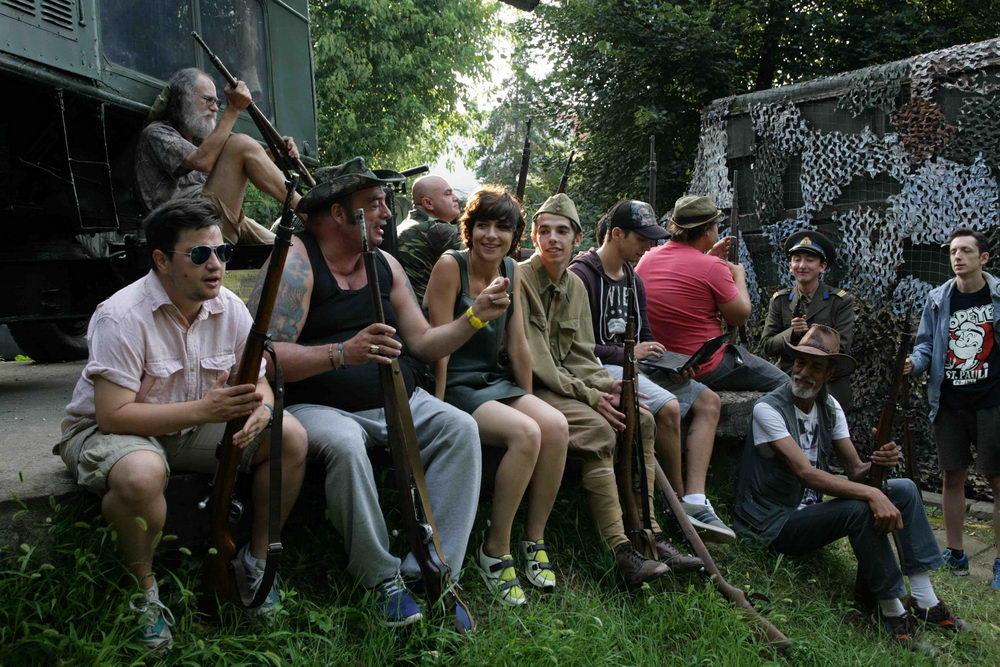 Diskussionsrunde: Regisseurin Mariana (Iona Iacob, Mitte) inmitten ihrer Crew