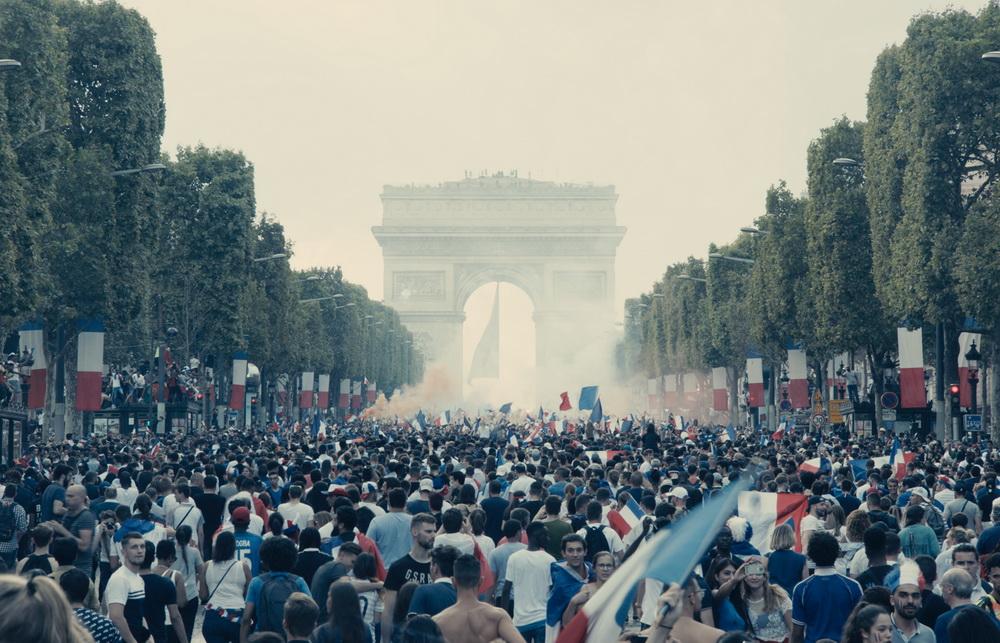 """Hinter der Feierstimmung lauert in """"Les Misérables"""" schwelende soziale Spannung"""