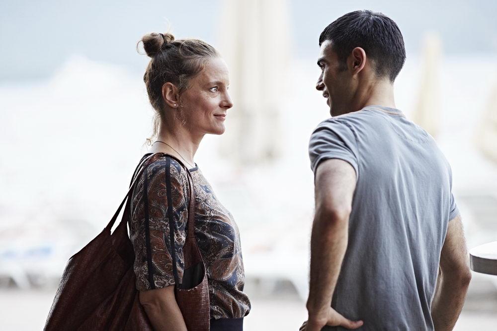 Ungleiches Paar: marion (Anne Ratte-Polle) und Baran (Oğulcan Arman Uslu)
