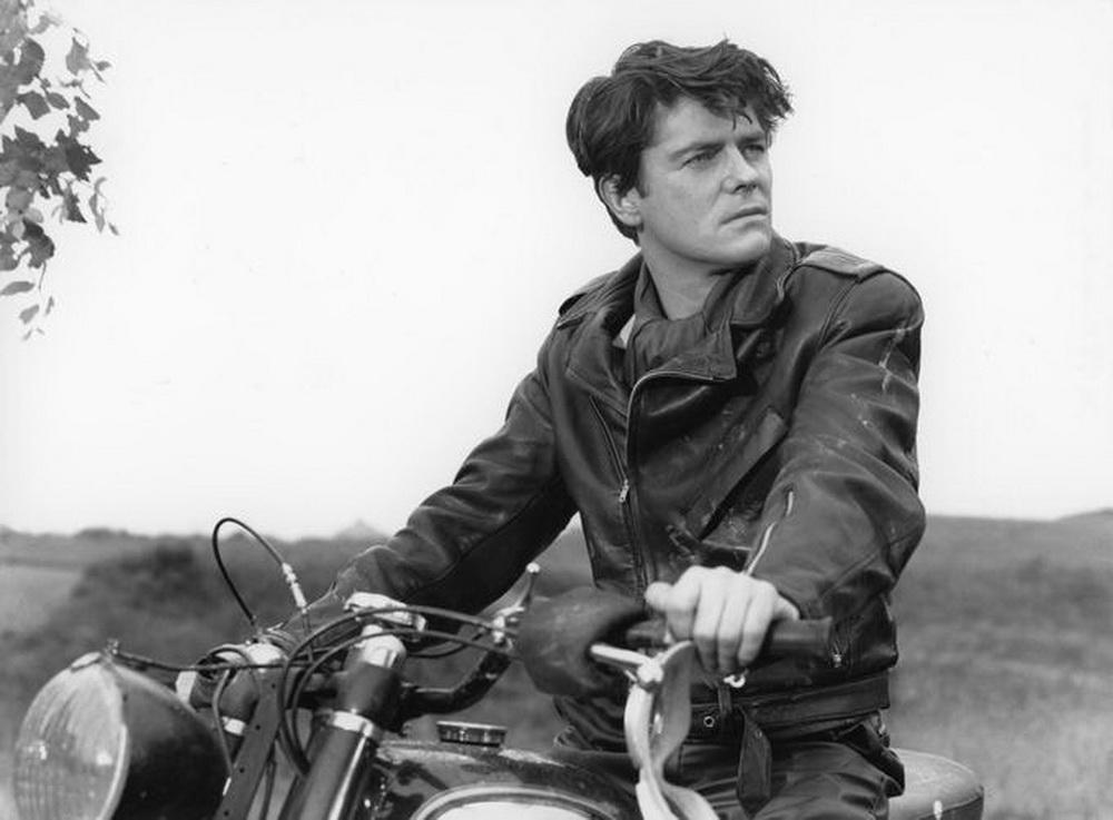 """Jean-Pierre Mocky als Hauptdarsteller in """"Mit dem Kopf gegen die Wände"""" (1958)."""