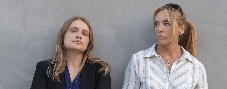 """Toni Colette (r.) und Merritt Wever als Cops, die in einem Vergewaltigungsfall ermitteln: """"Unbelievable"""""""