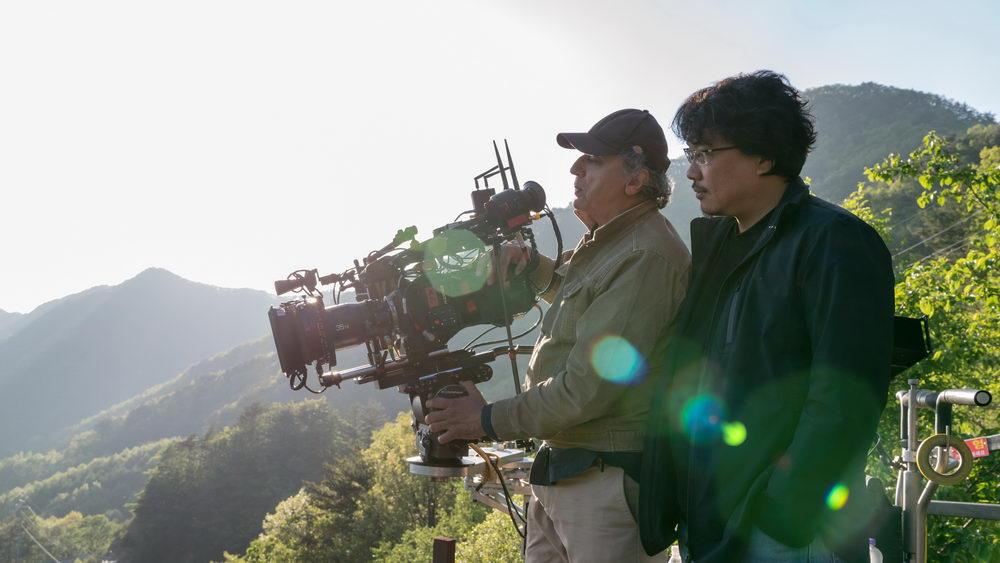 """Bong Joon-ho mit Kameraman Darius Khondji beim Dreh zu """"Okja"""""""