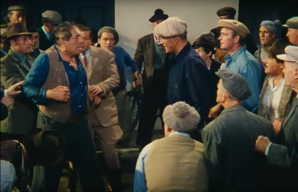 """Das ganze Dorf umringt die beiden Kämpfer in John Fords """"Die Sieger"""""""