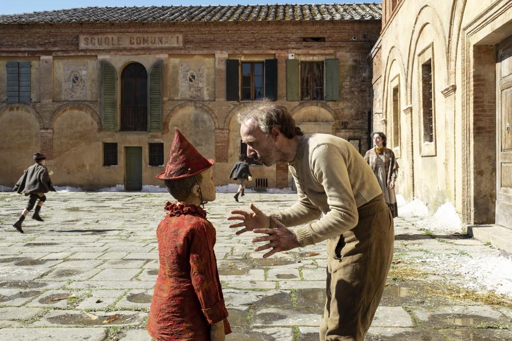 "Roberto Benigni (r.) in Matteo Garrones ""Pinocchio"" (© Capelight)"