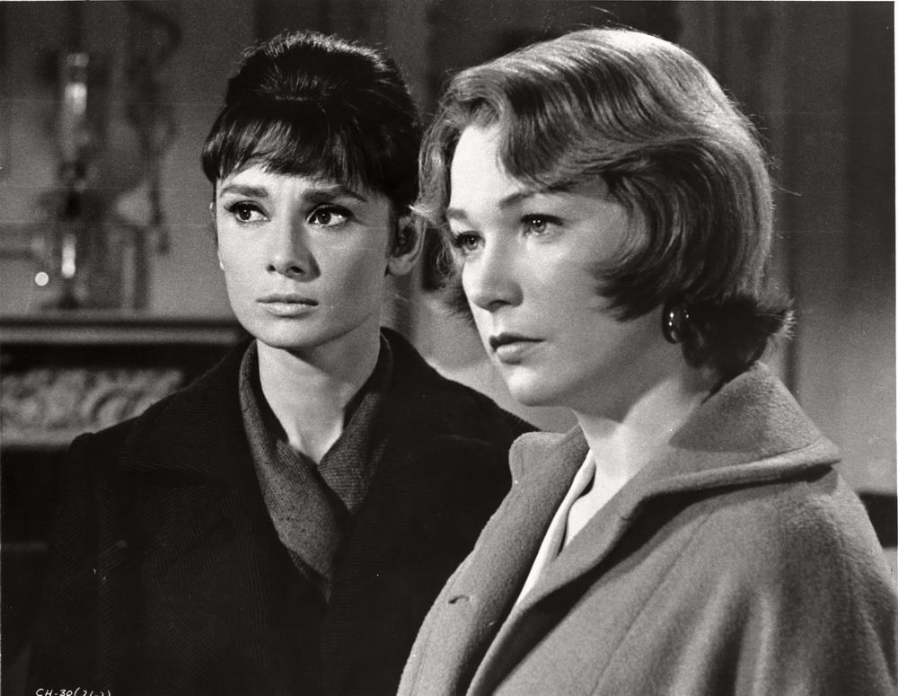 Audrey Hepburn (l.) und Shirley MacLaine (r.)