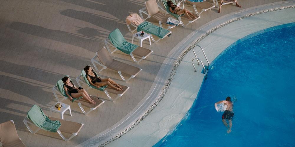 """Ein satirischer Blick auf den Tourismus-Betrieb prägt """"Sunburned"""" (© Camino)"""