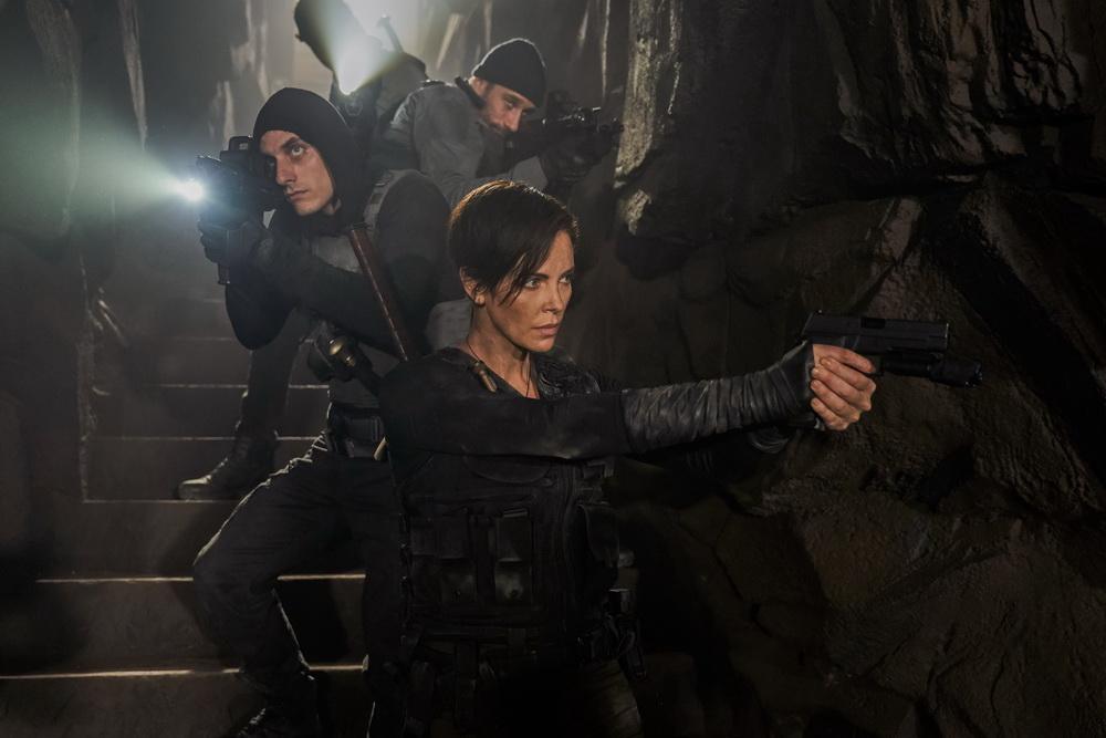 """Charlize Theron als Anführerin einer schlagkräftigen Gruppe Unsterblicher, flankiert von Luca Marinelli und Matthias Schoenaerts: """"The Old Guard"""" (© Netflix"""