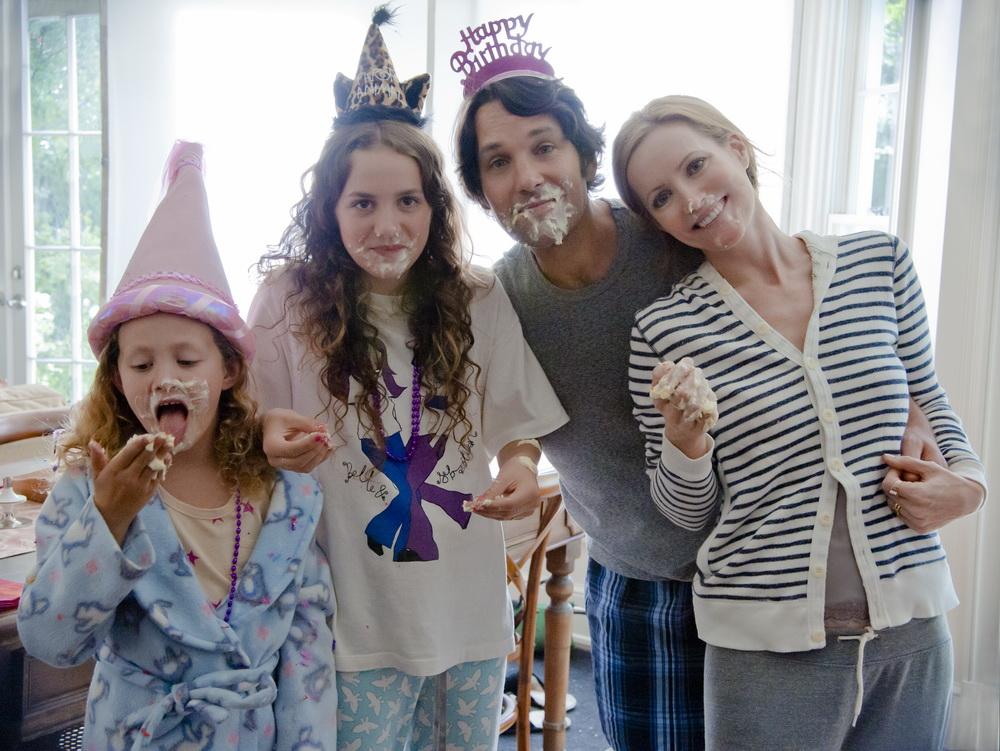 """Paul Rudd mit Leslie Mann und Maude & Iris Apatow als Filmfamilie in """"Immer Ärger mit 40"""""""