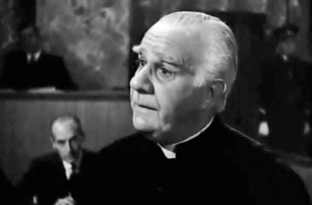 Einer der Zeugen vor Gericht: Der Priester und Widerständler Warecki (Henry Travers)