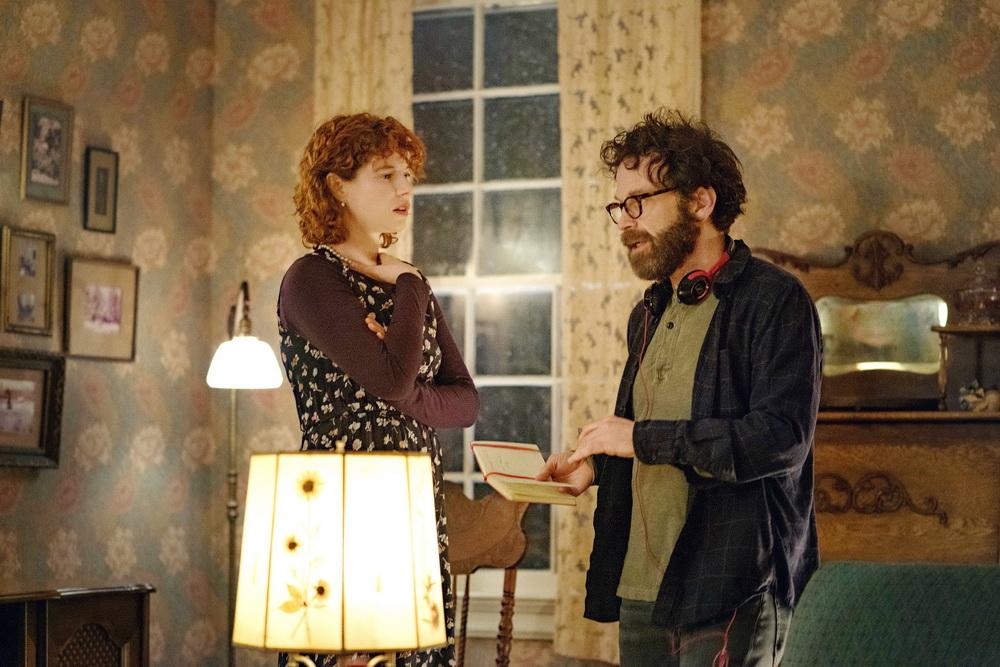 """Charlie Kaufman (r.) mit Hauptdarstellerin Jesse Buckley beim Dreh von """"I'm Thinking of Ending Things"""" (© Mary Cybulski/NETFLIX)"""