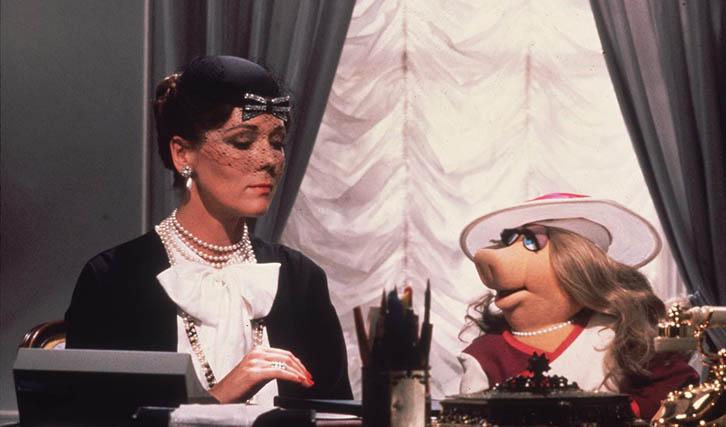 """Diana Rigg als Gaststar in """"Der große Muppet-Krimi"""" (© Walt Disney)"""