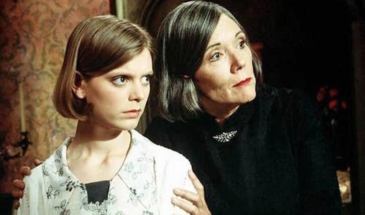 """Eine ihrer späten Charakterrollen im Fernsehen: Mrs. Danvers im """"Rebecca""""-Remake (© WVG Medien)"""