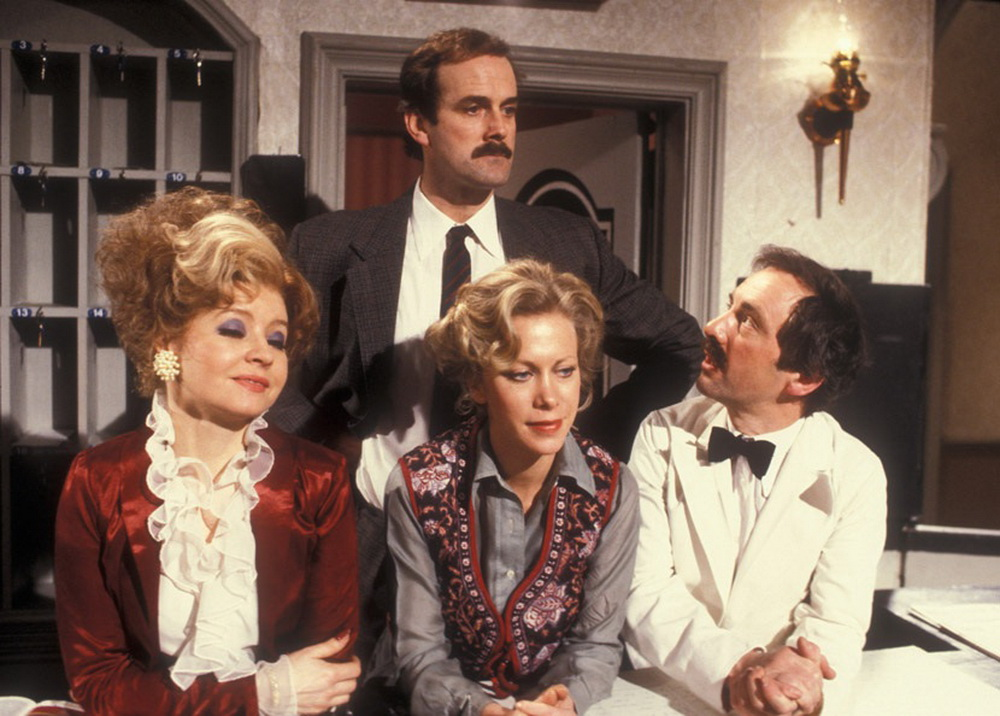 Prunella Scales, Connie Booth, John Clees (hinten), Andrew Sachs (r.) (Polyband)
