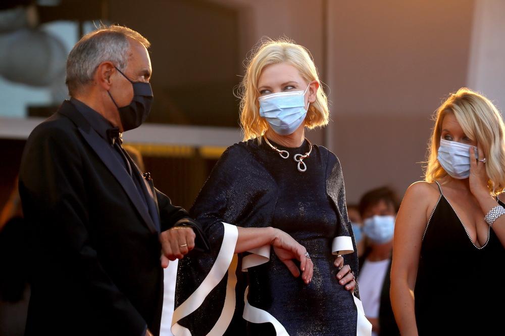 Kino feiern trotz Pandemie: festival-Chef Alberto Barbera und Jury-Präsidentin Cate Blanchett mit Maske bei der Festivaleröffnung (imago images/Future Image)