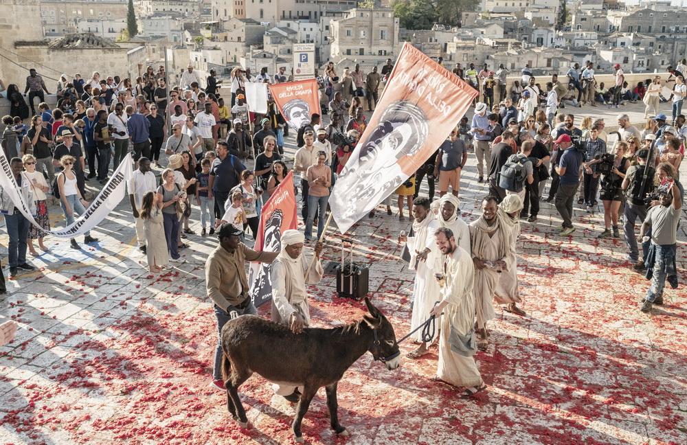 In Matera werden Bibelgeschichte und aktueller Aktivismus zusammengeführt (© Fruitmarket/Langfilm/IIPM/Armin Smailovic)