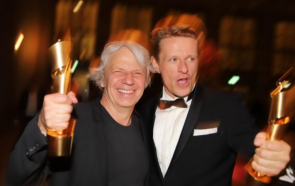 """Andreas Dresen (l.) und Alexander Scheer mit ihren """"Lolas"""" für """"Gundermann"""" (© imago/tagesspiegel)"""