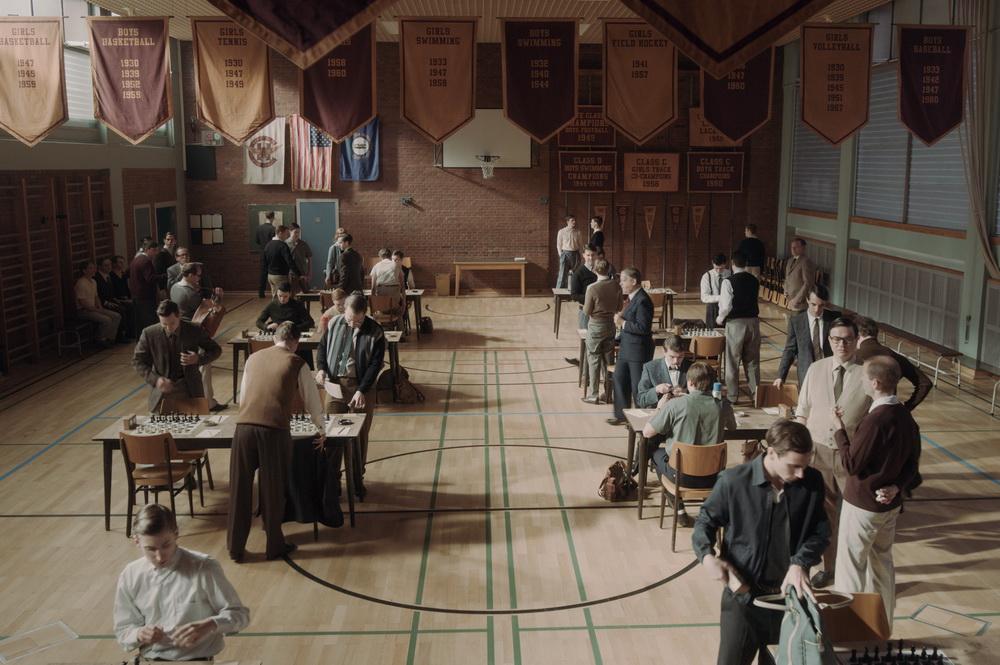 Schachturnier in der Henry-Clay-High-School, Drehort: Max-Taut-Schule, Rummelsburg/ Berlin. Szenenfoto: Phil Bray/Netflix (© Netflix)