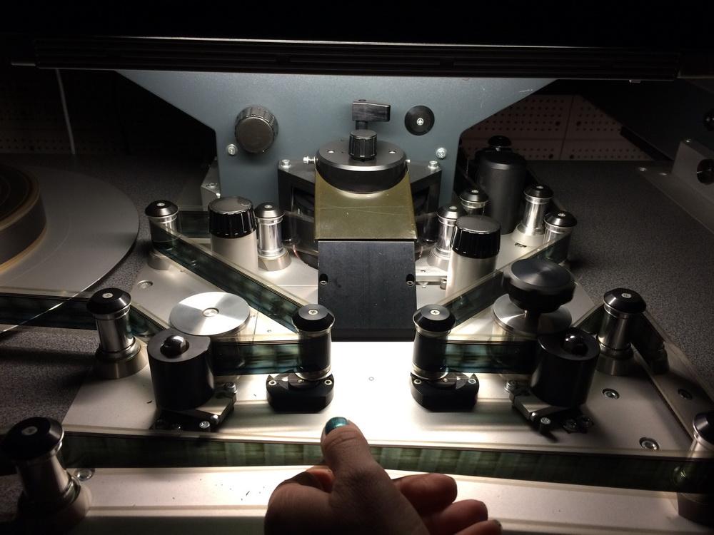 Ein Händchen für Film: Bei der Kopienkontrolle von 35mm-Film am Steenbeck Schneidetisch im Archiv des Österreichischen Filmmuseums für das Queer Film Festival identities (© Mirjam Bromundt)