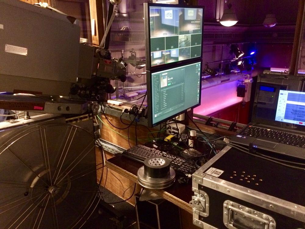 """beim International Documentary Filmfestival Amsterdam (IDFA) im Kino """"De Balie"""". Links der analoge Projektor, rechts der Laptop für die Live-Untertitelung schon bereit© Mirjam Bromundt"""