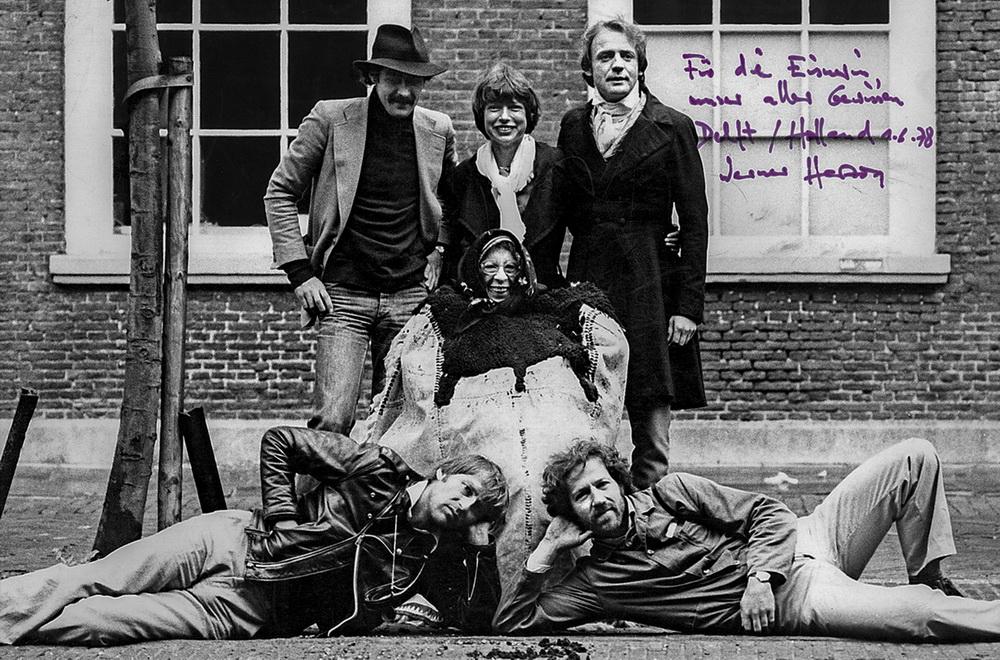 """Lotte Eisner in der Mitte der Crew von """"Nosferatu - Phantom der Nacht"""" (© Ilona Grundmann Filmproduktion/Cinémathèque française)"""