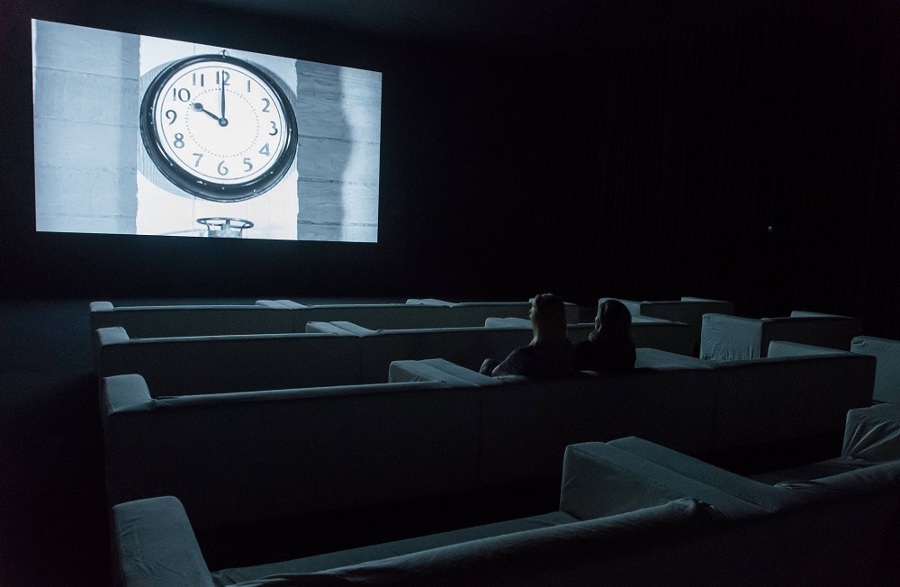 """Das Kino hat seine eigene Zeit (Christian Marclays Installation """"The Clock""""; © IMAGO / i Images)"""