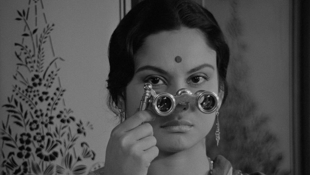 """Der Blick durch das Opernglas in """"Charulata"""" ist auch eine Metapher für Rays Art des Filmemachens (© Mubi)"""