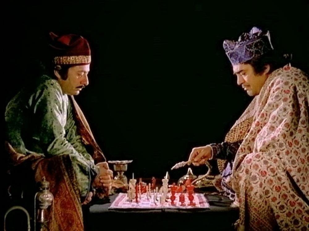 """Schachversessene Adlige verpassen die Entmachtung ihres Herrschers: """"Die Schachspieler"""" (© Mubi)"""