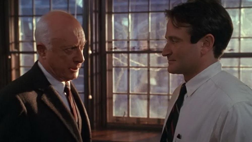 Norman Lloyd in einer späteren Rolle: Als Schuldirektor auf Konfrontationskurs mit den Methoden des Lehrers John Keating (Robin Williams) (© Warner Bros.)