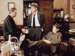 John Ireland, Mitte, Harry Dean Stanton, re., Robert Mitchum, li.