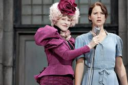Jennifer Lawrence, Elizabeth Banks (li.)